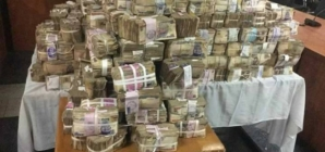 [VIDEO] EFCC recovers N449 million raw cash from abandoned bureau de change in Lagos