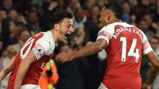 Ozil inspires Arsenal to beat Leicester at the Emirates
