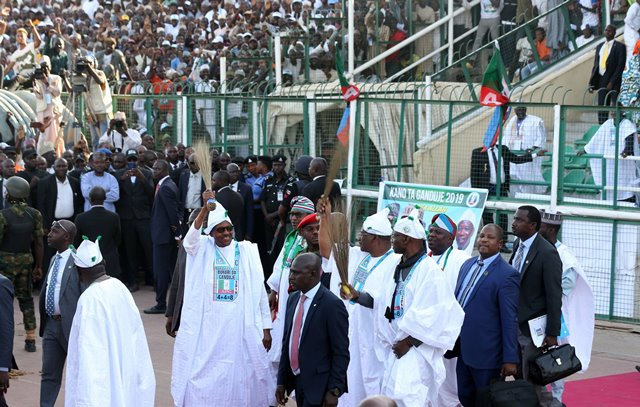 PHOTOS: Mammoth crowd receives President Buhari's campaign train in Kano